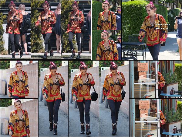 23/08/17 : Bella a été aperçue quittant son domicile afin d'aller déjeuner dans un restaurant de Sherman Oaks. Elle porte la chemise de son père qui est décédé lorsqu'elle avait 7 ans dans un accident de voiture. Sinon j'aime le reste de la tenue.[/font=Arial]
