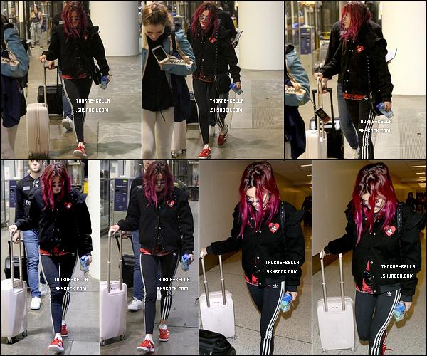 22/08/17 : Fini le voyage à Wantagh pour Bella et Charlie puisqu'ils étaient à l'aéroport LAX dans la journée. Bella reporte enfin des vêtements ! Bon pour prendre l'avion ça passe et franchement on va pas se plaindre. Elle aurait pu faire pire.[/font=Arial]
