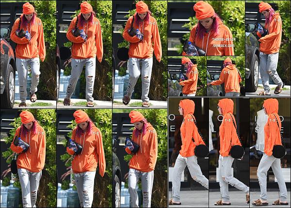 25/08/17 : La jeune starlette a été aperçue quittant son domicile afin d'aller chez le coiffeur dans Beverly Hills. Et encore une fois, elle n'a fait aucun effort concernant la tenue ou les chaussures. Décidément, on ne la changera plus la miss. Flop ![/font=Arial]