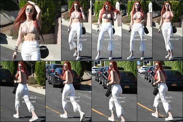 26/08/17 : Bella, d'excellente humeur face aux paparazzis, a été vue se rendant à une fête dans Los Angeles. L'actrice revient au roux pour son personnage dans Famous In Love. Je trouve que ça rend vraiment bien avec les mèches roses.[/font=Arial]