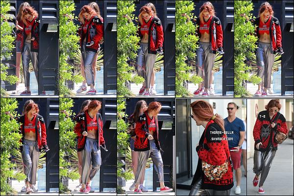 21/09/17 : Bella a été vue quittant sa maison, accompagnée de Bella P, afin de se rende à un rendez-vous à LA. Ca fait plaisir de la revoir avec Bella. Je trouve que notre actrice passe moins de temps avec ses anciens amis ce qui est fort dommage.[/font=Arial]