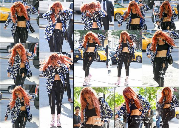 08/09/17 : Les paparazzis ont attendu que Bella retourne à son hôtel pour l'assaillir de flashs, à New York. Pour le coup, j'aime sa tenue et surtout sa veste fleurie. Mais je suis moins fan de sa paire de chaussures. Un top quand même ![/font=Arial]
