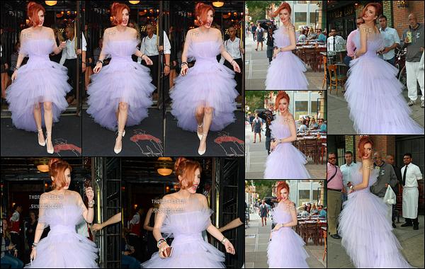 08/09/17 : Notre belle rouquine a été aperçue par les paparazzis alors qu'elle quittait son hôtel à New York. C'est dans une robe digne d'une princesse que Bella a décidé de se montrer. J'adore son choix, elle est magnifique dedans ! Un top.[/font=Arial]