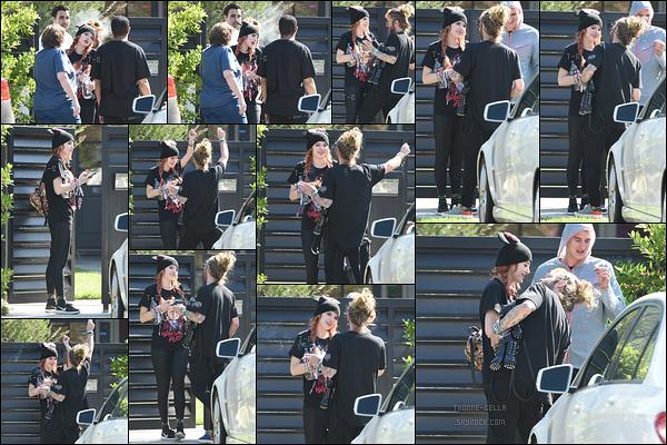 08/10/17 : Bella et son groupe d'amis ont été vus devant sa maison afin de se dire au revoir, à Los Angeles. Total look noir pour notre actrice. J'aime bien la tenue qu'elle porte, c'est sympa. C'est donc un top ! Et vous, qu'en pensez-vous ?[/font=Arial]