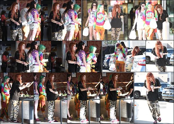 13/09/17 : Bella, Dani et une amie ont été vues achetant leur déjeuner, dans un le quartier Sherman Oaks. La tenue de Bella n'est franchement pas esthétique. Et ne parlons même pas de sa paire de chaussures. Un big flop pour moi ![/font=Arial]