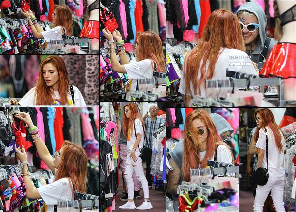 14/09/17 : Notre belle Bella, Dani et un ami se sont retrouvés à Hollywood afin de faire un peu de shopping. Oh my god enfin une jolie tenue après les deux désastres plus bas. Franchement, Bella est beaucoup plus belle comme ça. Un top![/font=Arial]