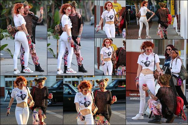 10/10/17 : Bella et le rappeur -trop flippant- Mod Sun quittaient un atelier de peinture, dans West Hollywood. Bon bon heureusement que je ne fais pas un blog sur ce rappeur, ça m'évite de commenter sa tenue. Sinon j'adore celle de Bella. Ouf![/font=Arial]