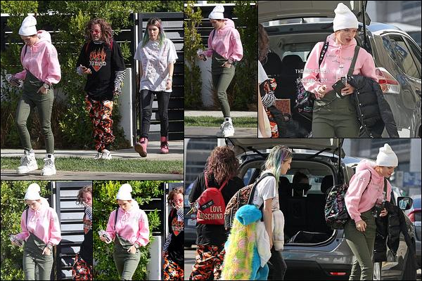20/11/17 : Bella, Modsun et Dani ont été repérés quittant leur domicile afin de se rendre à l'aéroport LAX. (LA) J'aime beaucoup la tenue que porte Bella. Je me demande où ils se rendent en tout cas ! Réponse très bientôt sur leurs Snapchat ![/font=Arial]