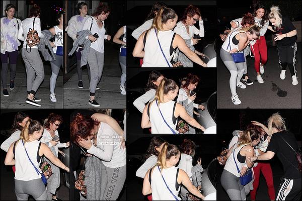 26/11/17 : Bella et ses copines ont été aperçues par les paparazzis à la sortie du Matsuhisa, dans Beverly Hills. Il est clair que Bella n'était pas ravie de voir les paparazzis ce qui peut tout à fait se comprendre. Petit bof pour la tenue ! Pour toi ?[/font=Arial]