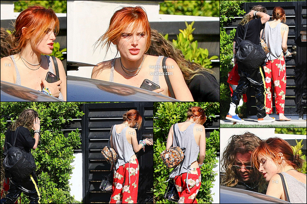 20/10/17 : Bella et Mod Sun, sans surprise, ont été vus retournant au domicile de notre actrice, à Los Angeles. Je ne suis pas très fan de la tenue de Bella qui fait un peu pyjama. Mais si elle est à l'aise, c'est le principal. Vous vous aimez ou pas ?[/font=Arial]
