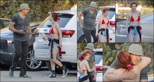 07/11/17 : Bella a été aperçue en pleine retrouvailles avec l'acteur Kevin Nealon, sur un parking de Los Angeles. Kevin et Bella ont tous les deux joué dans le film Blended sorti en 2014. Ce jour-là, ils sont allés faire une petite randonnée. Avis ?[/font=Arial]