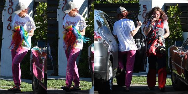 17/11/17 : La miss a été aperçue quittant un studio d'enregistrement avec Modsun et Lo, dans - Los Angeles. C'est une période chargée pour Bella entre la musique et son tournage. Quel courage ! Sinon flop total pour la tenue qu'elle porte.[/font=Arial]