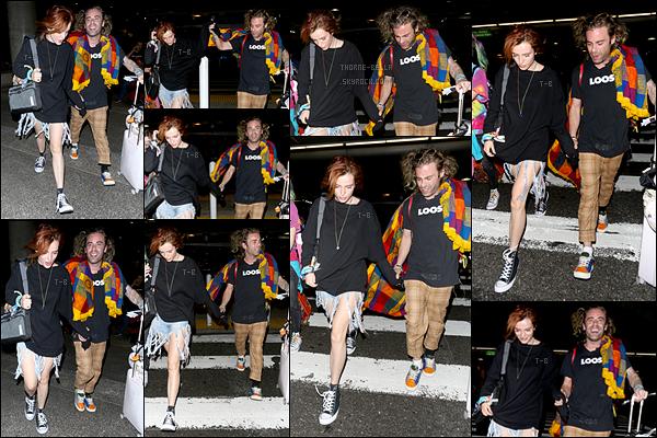27/10/17 : Bella et son petit-ami (oui oui oui...) ont été vus quittant l'aéroport LAX après leur séjour à Mexico. Finies les vacances pour les amoureux, il est temps de rentrer. En effet, le tournage de Famous In Love se rapproche à grand pas.[/font=Arial]