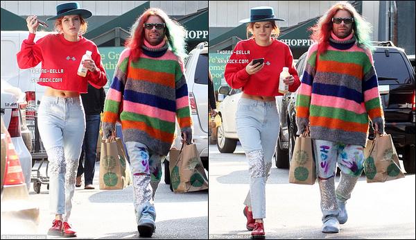 16/12/17 : Le couple s'est rendu au supermarché Whold Foods afin de faire quelques courses, à Los Angeles. J'aime beaucoup la tenue que porte Bella. Le rouge lui va extrêmement bien. Ca fait plaisir d'avoir ce genre de news. - C'est un top ![/font=Arial]