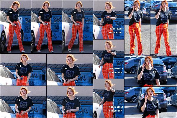 19/12/17 : Bel' a été vue par les paparazzis alors qu'elle se trouvait en pleine conversation téléphonique à LA. Elle semblait ravie de les croiser vu les grands sourires qu'elle leur fait. Sinon la tenue est spéciale mais étrangement j'aime bien. Toi?[/font=Arial]