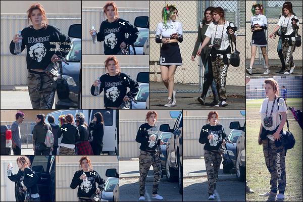 13/01/18 : Bella et sa soeur Dani se sont rendues sur un terrain de foot afin de filmer le clip vidéo de Dani. (LA) C'est Bella qui est en charge de la réalisation du clip. Décidément, on la retrouve partout. La tenue n'est franchement pas folichonne...[/font=Arial]