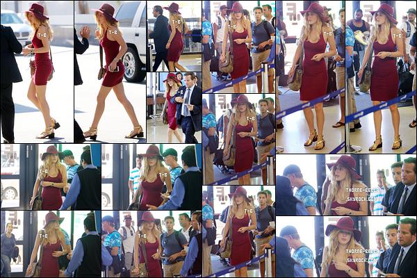 12/07/15 : La miss Thorne a été aperçue, par les paparazzis, à l'aéroport LAX afin d'aller prendre son vol. (LA) Elle a donc opté pour une petite robe près du corps. La couleur lui va bien au teint et j'aime beaucoup le chapeau qui habille le tout.[/font=Arial]