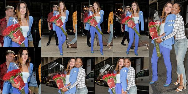 23/07/19 : Bel a été vue par les paparazzis alors qu'elle faisait la promo de son livre dans les rues de New York. J'aime beaucoup la tenue qu'elle a décidé de porter ce jour-là. Elle rayonne de plus en plus et ça fait vraiment plaisir à voir. Un beau top![/font=Arial]