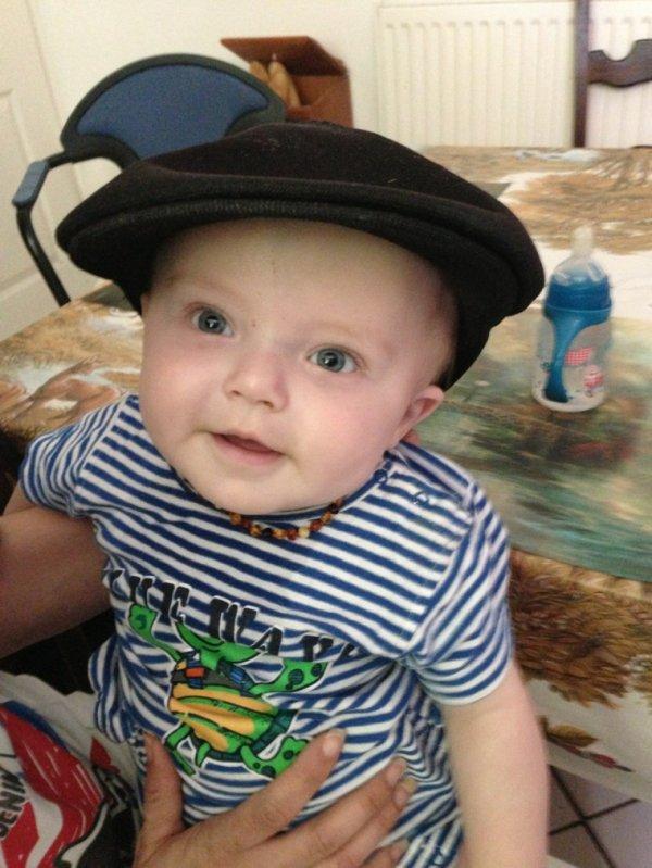Mon fils avec le béret sur la tête
