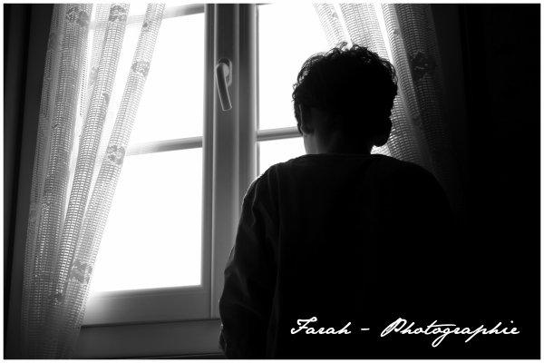 """"""" La tête tournée vers la fenêtre, le regard vide, errant, il murmurait son Prénom..♥ """""""