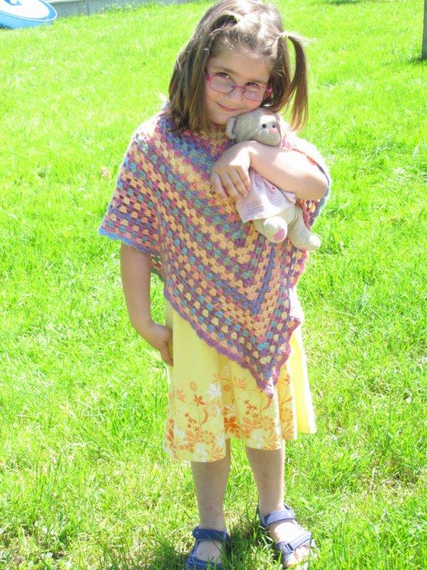 Le poncho multicolor de Lucie.