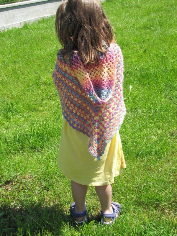 La capuche du poncho multicolor de Lucie.