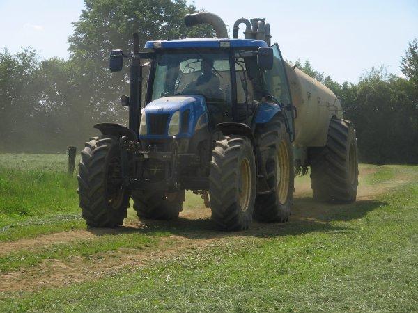 épandage d'engrais liquide 2012: avec un new holland ts115!!!