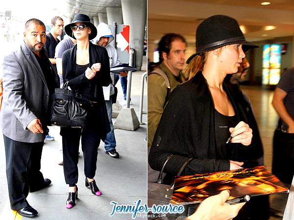 LE3JUILLET, Jennifer a bel & bien atterri à Montréal. On la voit naturelle, sans make-up^, dans une tenue simple et pourtant très jolie, avec son garde du corps dans l'aéroport où quelques fans lui ont demandé de signer des autographes, ce qu'elle a bien accepté de faire.