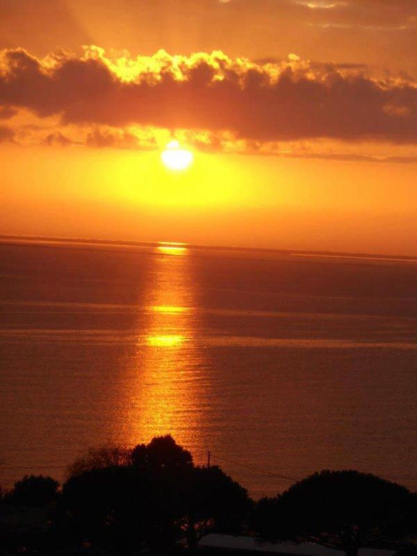 Les trois soleils. Un superbe coucher de soleil