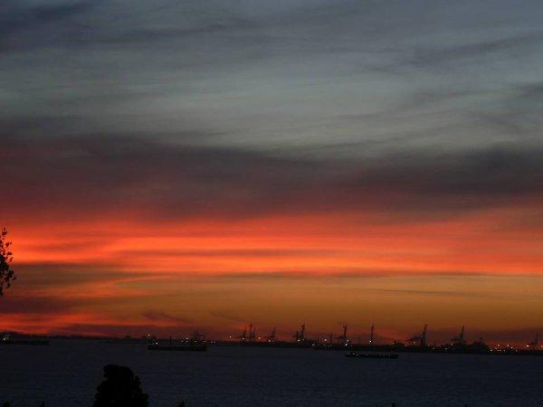 toujour chez moi... immortalisé cet instant magique, ce coucher de soleil avec des couleurs flamboyantes est tout simplement magnifique