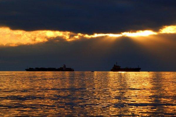 Chez moi...  pas un souffle de vent et une mer d'huile baignée d'une douce lumière au soleil couchant.