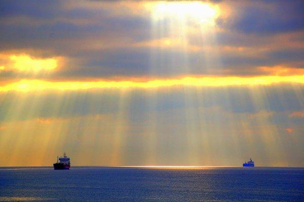 Chez moi.... l'astre solaire fascine, tantôt promenant ses rayons tel un peintre habile maniant ses pinceaux sur une toile bleu sans cesse renouvelée..