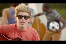 Niall qui fait de la guitare ....