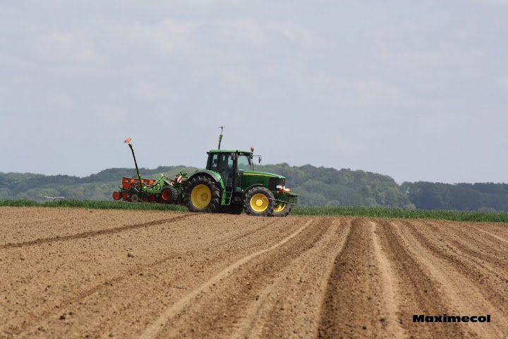 Semis de maïs 2012 avec un john deere 6920 et semoir amazone 8 rangs (Philippe Clément)
