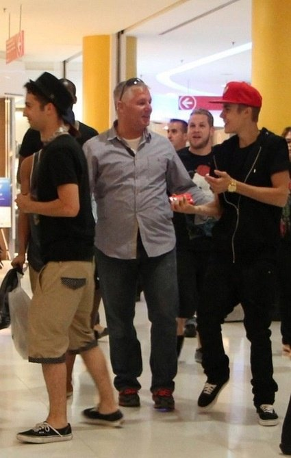 Justin shopping with his dancers