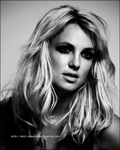 """. Photo du photographe Roderick Trestrail en 2009 à l'occasion de la tournée The Circus Starring : Britney Spears.  Nouveau message de Brit sur Facebook : """"Joyeux Memorial Day !!! Aujourd'hui est un jour pour se souvenir et honorer tous les soldats qui sont morts pour notre liberté. Rejoignez-moi en souvenir de toutes ces personnes extraordinaires en honorant un héros dans votre statut http://www.rememberthesoldiers.org"""" ."""