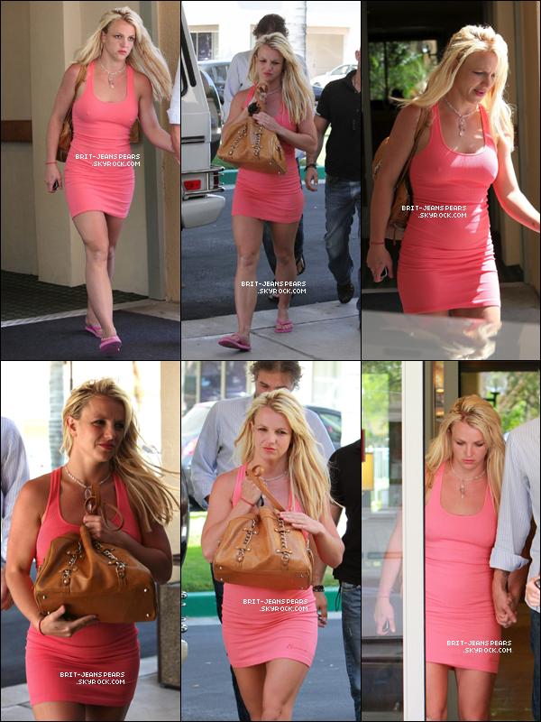 . Britney et Jason arrivaient au Courtyard Marriott Hotel à Calabasas, le 11 juin. .