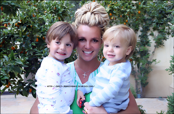 """. Nouveau message de Britney sur Twitter : """"A passé le week-end d'anniversaire avec les garçon à Disney et a souffler les bougies. Je ne peux pas croire que mes garçons soient si grands ! Joyeux anniversaire JJ et Preston. - Brit"""" . Sean Garrett parle de Britney : """"Je vais aller en studio avec elle. J'aime Britney. Je veux l'aider à grandir. J'ai envie de faire des choses qui seront capables de faire le tour du monde. Je suis heureux de la voir de retour. J'aimerais vraiment rentrer dans son esprit et chercher pourquoi j'aime autant Britney. Ca parait un peu bizarre."""" ."""