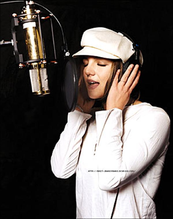 """. Nouveau message d'Adam Leber, manager de Britney, sur Twitter : """"C'est mon millième tweet : Brit enregistre une nouvelle grosse grosse GROSSE chanson Vendredi avec #MaxMartin & @TheDrLuke. Je suis sûr que c'est un tube !"""" . Message de Dr Luke sur Twitter qui confirme l'info : """"Sur le chemin du studio avec Billboard et Max Martin..."""" . Selon Neon Limelight, Jim Jonsin a dit qu'il travaillait sur une musique pour Mme Spears ! Il a déjà produit des artistes comme Kelly Rowland et Jennifer Lopez. ."""