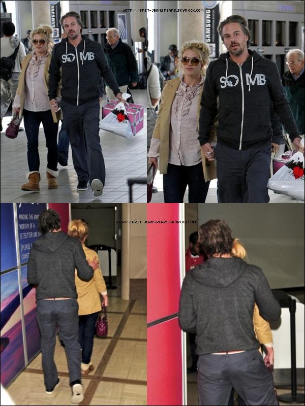 . Britney  et de Jason à l'aéroport de LAX à Los Angeles, le 23 novembre. Ils se seraient rendus en Louisiane, pour fêter Thanksgiving en famille. .