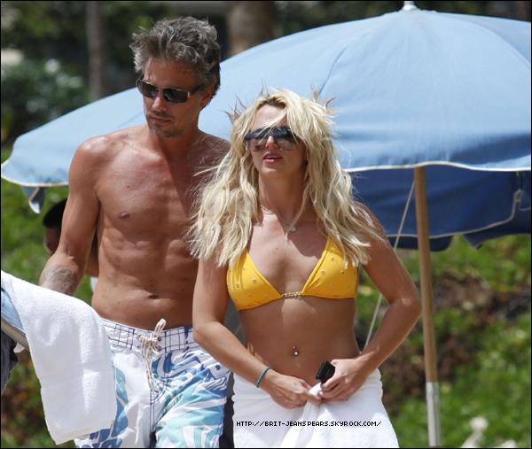""". Selon le site BMK, Britney et Jason seraient au Mexique ... . Hayley Williams, la jeune et jolie chanteuse du groupe de pop-rock Paramore a tweeté à propos de Britney : """"La milice Britney est contre moi parce que j'ai dit qu'elle faisait du playback... On dirait que je suis la seule fan de Britney à le savoir... #fansince99 #suckonthat"""". ."""