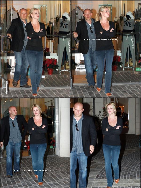 """. Nouveau message de Britney sur Twitter : """"J'ai fait un incroyable photoshoot aujourd'hui avec Mario Testino. Trop amusant ! - Britney"""" . Le site MuuMuse nous informe sur le titre du single qui serait """"Don't Hold It Against Me"""". . Brit est de retour à Los Angeles où elle fait du shopping, le 06 décembre. ."""