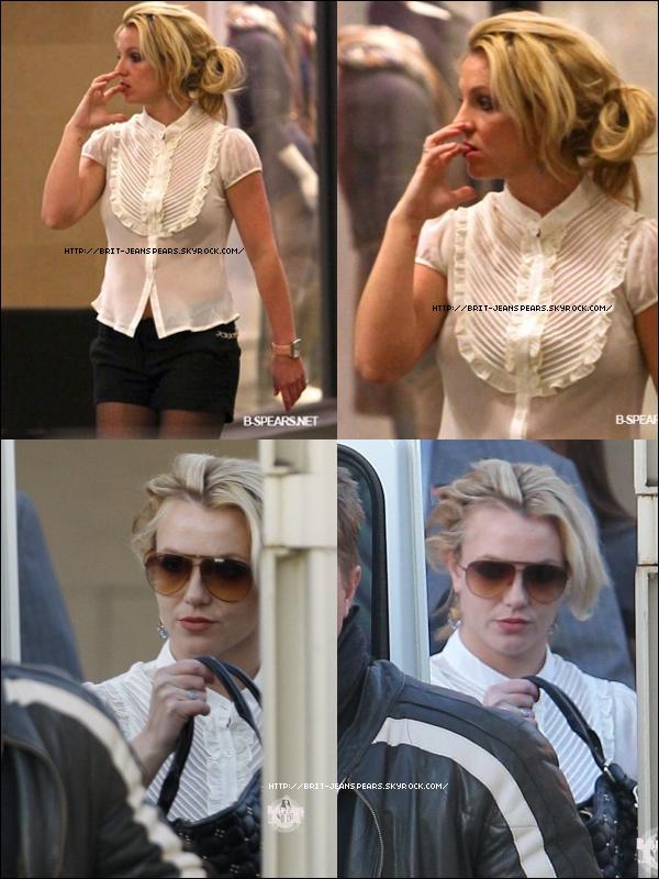 """. Britney continue ses achats de Noël à Topanga Mall, le 08 décembre. . Vidéo de l'émission E!News qui a diffusé, hier soir, un reportage sur le week-end de Brit et Jason au Mexique. . Découvrez les scans du magazine US Weekly parlant de ce même week-end. . Message de Dr Luke sur Twitter : """"Nous n'avons jamais écrit de chanson appelée Don't hold it against me... Faites attention aux fausses infos les enfants ;-) Nous avons écrit Hold it against me mais ces paroles ne sont PAS les paroles de notre chanson."""" ."""