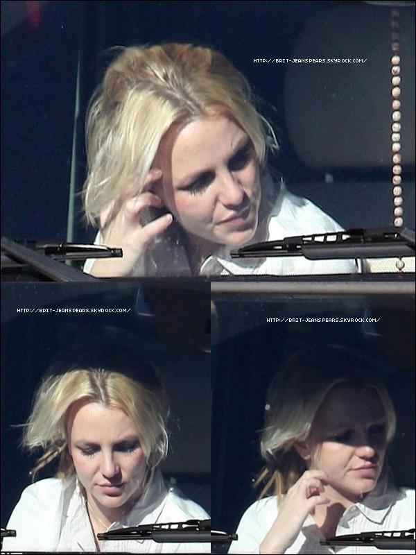 """. Le chorégraphe Brian Friedman écrit : """"Bonjour tout le monde… Je ne reviendrai pas de Londres avant la fin décembre. Vous feriez mieux de préparer vos chaussures de danse car il est tant pour moi de vous bouger une fois de plus… (Hit You Baby One More Time) Et oui Britney et moi sommes de retour en action !"""" . Britney accompagnée de son garde du corps en voiture à Calabasas, le 09 décembre. . Le nom de cette chanson est In Love With A Criminal. Bien sûr, tout le monde peut inventer ça. Mais ce titre vient d'être ajouté au répertoire de Max Martin sur le site de BMI (archives des chansons). On peut donc ajouter In Love With A Criminal à la liste des titres de Britney. Cette chanson a été écrite par Max Martin, Tiffany Amber et Karl Schuster. . Séance photo faite par le photographe Denise Truscello pour le magazine Us Weekly qui nous offre un aperçu de la villa mexicaine. ."""