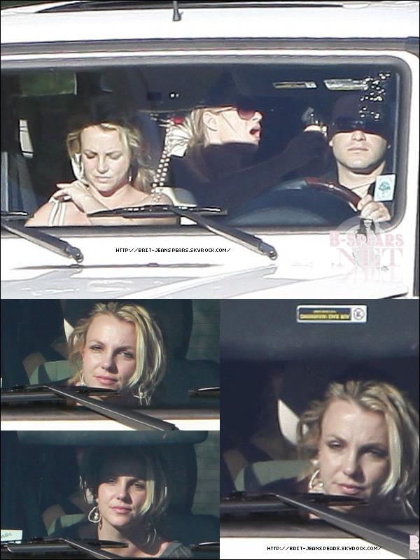 """. Nouveau message de Jive sur Twitter : """"Après BRITmas (Noël), tout sera révélé. Ce sera la meilleure ère."""" . Britney quitte le magasin BCBG à Los Angeles, le 13 décembre. . Dans la ribambelle de rumeurs entourant le septième album studio de Brit, les fans rencontrent une difficulté croissante à dénouer le faux du vrai. Après It's a Secret, Pleasure You et Don't Hold It Against Me, on tiendrait enfin l'intitulé du prochain single de la chanteuse. Dans un post sur Twitter, son producteur Dr. Luke vient ainsi d'évoquer le titre Abra. S'agit-il bien du nom d'un morceau ? Celui de l'album ? Ou encore, une abréviation ? Les hypothèses sont nombreuses. Mais déjà, les fans de la star croient tenir le titre de son nouveau tube. Affaire à suivre ! ."""