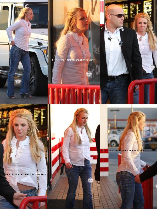 . Britney s'est arrêtée au Mac Donald's pour se rendre aux toilettes pendant que Sean, Jayden et Jason l'attendaient dans la voiture, le 15 janvier. . Brit et Jason ont été vu arrivant au nouveau nightclub : Roxbury, où ils ont retrouvé leur amie Paris Hilton qui y était aussi. .