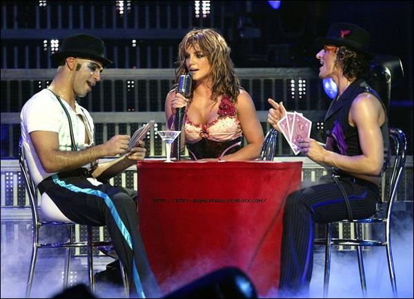 """. Selon RumorFix.com, Britney Spears et le rappeur Gucci Mane devraient enregistrer un duo pas plus tard que la semaine prochaine où Britney devrait le rejoindre en studio à Atlanta. Elle serait fan du travail du rappeur et voudrait vraiment faire un duo avec lui. Pour finir, Gucci Name décrit la princesse de la Pop comme """"naturelle et excitante"""", et finit par dire qu'""""elle est dingue. On aime ce genre de chose."""" . Nouveau tweet de Brian Friedman : """"Le break de HIAM a sa propre catégorie... il est aussi bien que les autres qu'il transporte... dans le passé. C'EST UN NOUVEAU JOUR BITCH ! Désolé les gars... Je ne posterai aucunes photos et vidéos des répétitions. Croyez-moi, vous allez être surpris ! Rien ne peut être donné... shhh ! Tout est prêt pour la mise en scène et la chorégraphie pour la vidéo. Un jour de plus pour répéter et il sera temps de filmer. J'adore cette partie ! @britneyspears."""" ."""