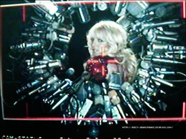 """. Nouveaux messages sur Twitter de Britney : """"Premier jour du tournage de HIAM avec Jonas. Une expérience incroyable. Je pense que ce sera l'un des meilleurs clips de ma carrière. – Brit"""" . De Brian Friedman : """"Quelle journée fabuleuse sur le plateau de HIAM ! @BritneySpears a déchiré ! Elle a dansé comme une dingue ! Bon travail de mes danseurs également… Vous avez gérés !"""" . De Voyeur Photo : """"Besoin de dormir. Prépare des bonus EXCLUSIFS des coulisses de #HIAM ! Cette MAGIE pourra garder un homme éveillé ! Cette vidéo gagnera des prix."""" . Et encore Brit : """"Deuxième jour de tournage dans la boîte. #HIAM la vidéo arrive bientôt. -Britney"""" + Aperçu photo ... ."""