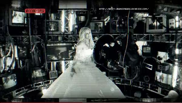 """. Britney a été vue accompagnée de Brett et d'Adam Leber au studio d'enregistrement, le 03 février. . Nouveau tweet de Brit : """"J'ai entendu dire que FEMME FATALE était un trending sur Twitter depuis presque deux jours. Je VIE et vous AIME tous ! Merci ! Merci ! Merci ! -Britney"""" . La photo de la pochette de l'album est disponible en haute qualité. . Découvre le teaser du clip HIAM en cliquant sur l'image ! ."""