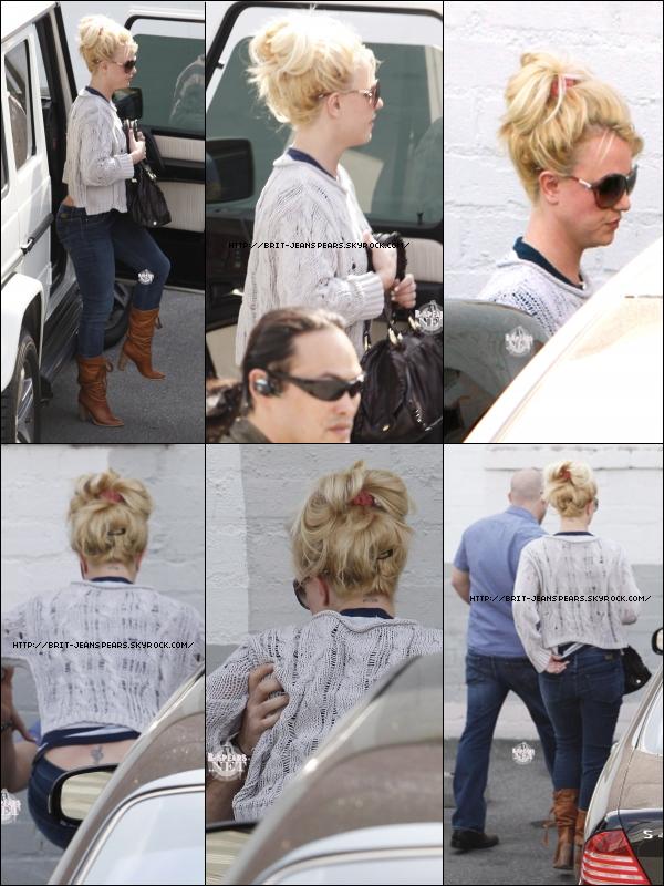 """. Nouveau tweet de Britney : """"En studio avec Will.I.Am…vous allez aimer cette musique. – Britney"""" . Britney se rend au Record Plant Studio où le chanteur Will I Am l'attendait pour un duo, le 08 février. . Découvre le teaser 6 du clip HIAM ! . La sortie de l'album est (encore) repoussée jusqu'au 28 mars et le clip ne sera disponible que le 17 février ... ."""